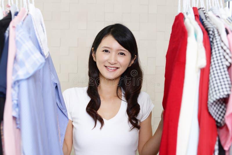 Πορτρέτο μιας γυναίκας που επιλέγει τα ενδύματα στοκ φωτογραφία με δικαίωμα ελεύθερης χρήσης