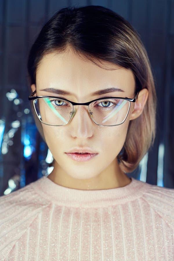 Πορτρέτο μιας γυναίκας χρωματισμένα στα νέο γυαλιά αντανάκλασης στο υπόβαθρο Καλό όραμα, τέλειο makeup στο πρόσωπο κοριτσιών Πορτ στοκ εικόνα με δικαίωμα ελεύθερης χρήσης