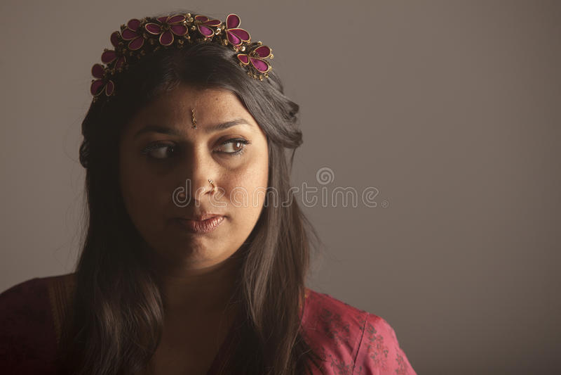 Πορτρέτο μιας εξωτικής ινδικής γυναίκας brunette με το σκοτεινό δέρμα στοκ εικόνα