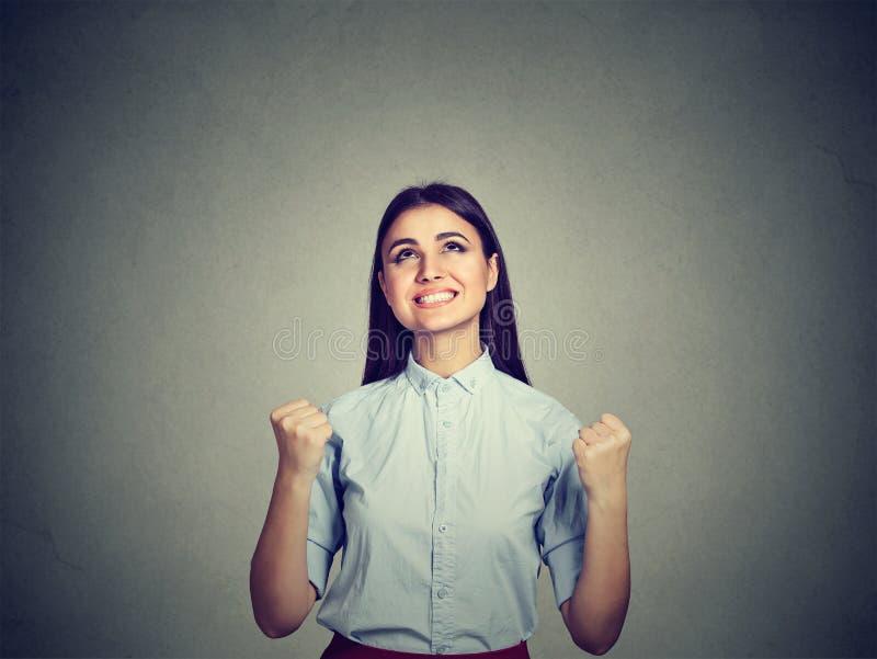 Πορτρέτο μιας επιτυχούς γυναίκας με αντλημένη πυγμές επιτυχία εορτασμού στοκ φωτογραφία