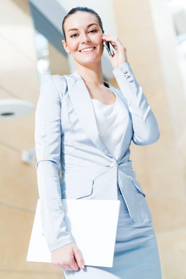 Πορτρέτο μιας επιτυχούς επιχειρησιακής γυναίκας στοκ φωτογραφίες με δικαίωμα ελεύθερης χρήσης