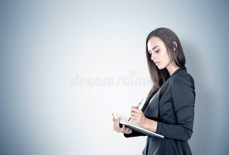 Πορτρέτο μιας επιχειρηματία με τον αρμόδιο για το σχεδιασμό, γκρίζο στοκ εικόνες με δικαίωμα ελεύθερης χρήσης