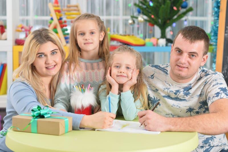 Πορτρέτο μιας ευτυχισμένης οικογένειας με παιδιά στοκ φωτογραφίες