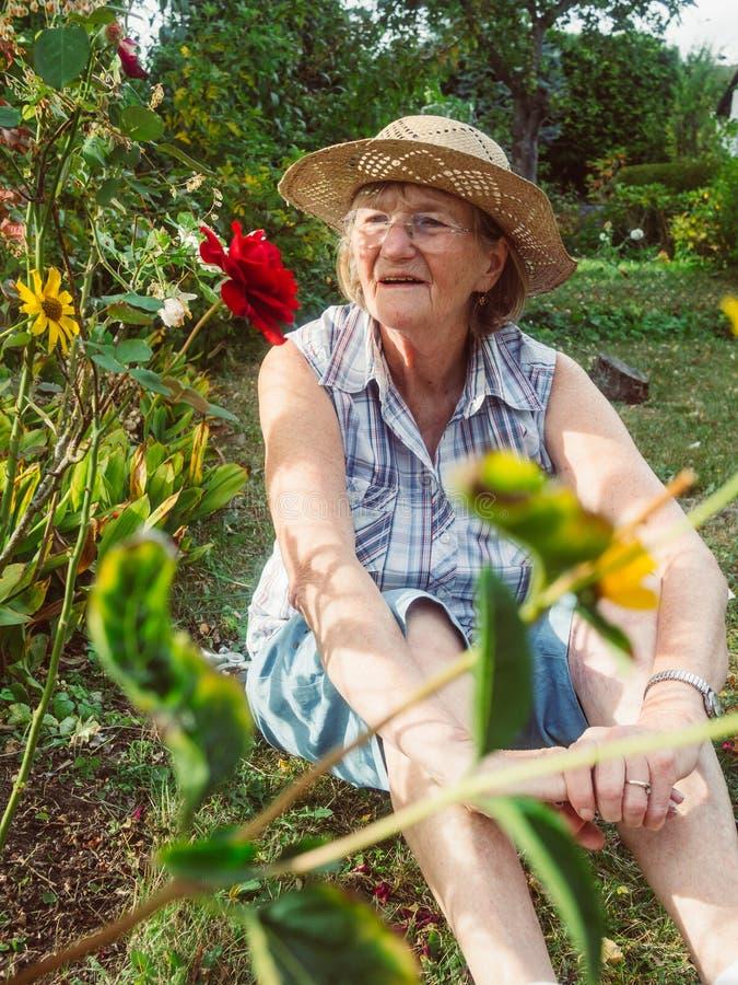 Πορτρέτο μιας ευτυχούς ανώτερης γυναίκας στον κήπο της στοκ φωτογραφία με δικαίωμα ελεύθερης χρήσης