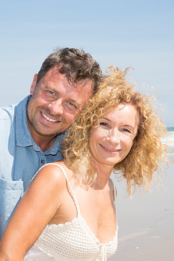 πορτρέτο μιας ευτυχούς ανώτερης ώριμης αγάπης ζευγών στις διακοπές ακτών παραλιών στοκ φωτογραφία