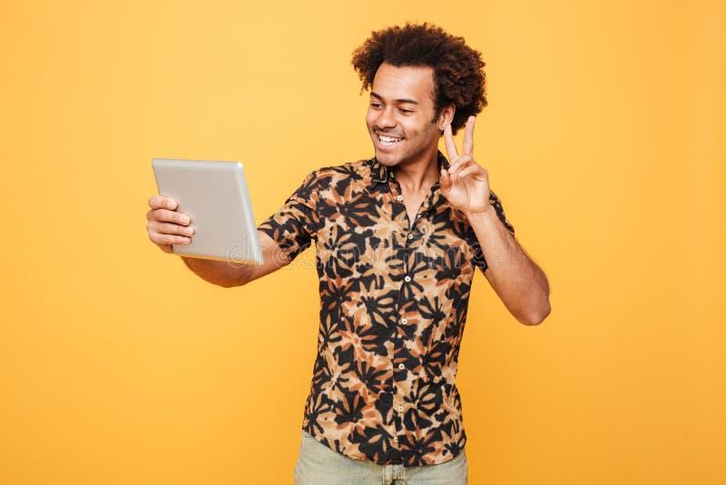 Πορτρέτο μιας ευτυχούς νέας αφρικανικής ταμπλέτας PC εκμετάλλευσης ατόμων στοκ εικόνα με δικαίωμα ελεύθερης χρήσης