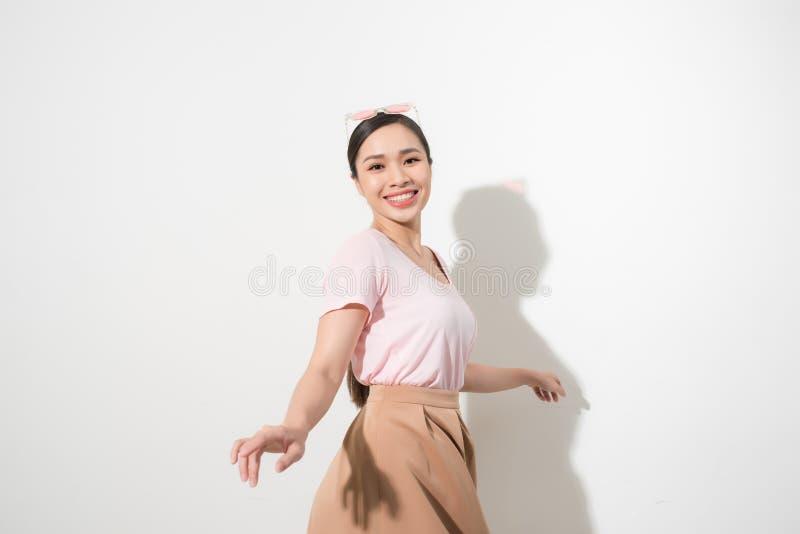 Πορτρέτο μιας ευτυχούς νέας γυναίκας που χορεύει στο άσπρο υπόβαθρο στοκ φωτογραφία