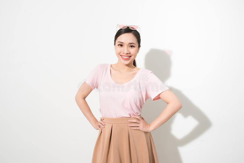 Πορτρέτο μιας ευτυχούς νέας γυναίκας που χορεύει στο άσπρο υπόβαθρο στοκ εικόνες