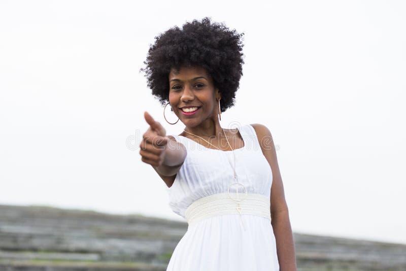 Πορτρέτο μιας ευτυχούς νέας όμορφης φθοράς γυναικών afro αμερικανικής στοκ εικόνα με δικαίωμα ελεύθερης χρήσης