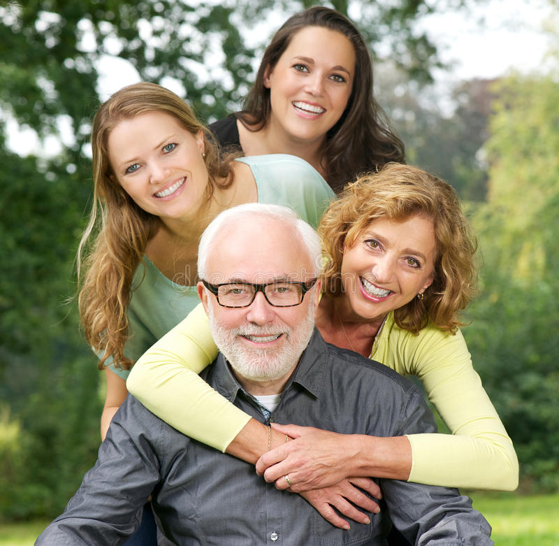 Πορτρέτο μιας ευτυχούς οικογένειας που απολαμβάνει το χρόνο μαζί υπαίθρια στοκ φωτογραφία με δικαίωμα ελεύθερης χρήσης