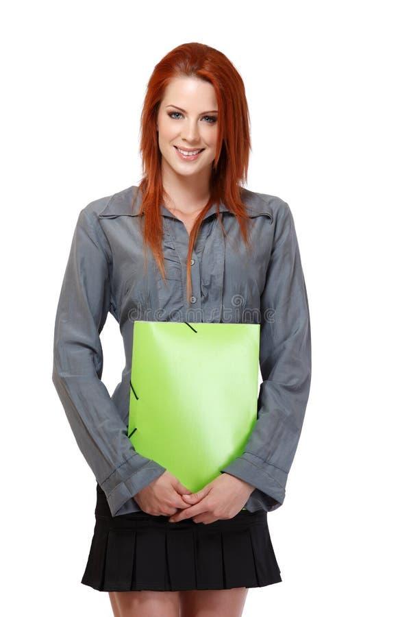 Πορτρέτο μιας ευτυχούς redhead γυναίκας με το χαρτοφυλάκιο στοκ εικόνα