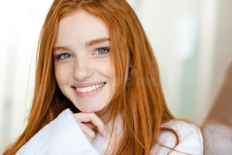 Πορτρέτο μιας ευτυχούς redhead γυναίκας στο μπουρνούζι στοκ εικόνα με δικαίωμα ελεύθερης χρήσης