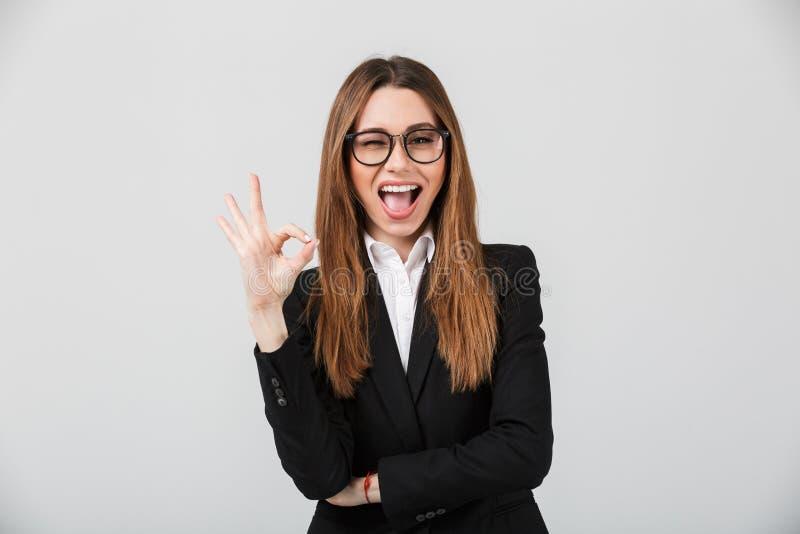 Πορτρέτο μιας εύθυμης επιχειρηματία που ντύνεται στο κοστούμι στοκ φωτογραφία με δικαίωμα ελεύθερης χρήσης
