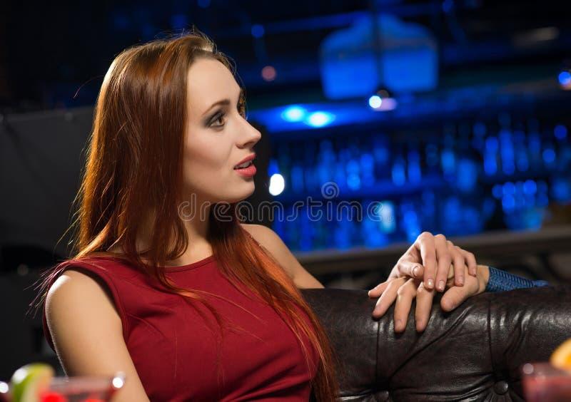 Πορτρέτο μιας ελκυστικής γυναίκας σε ένα νυχτερινό κέντρο διασκέδασης στοκ εικόνες