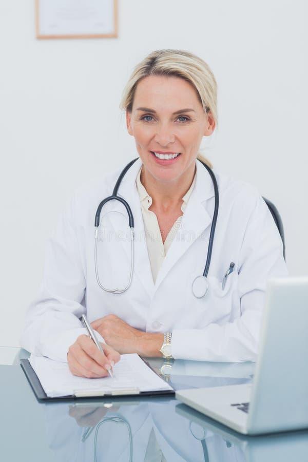 Πορτρέτο μιας ελκυστικής τοποθέτησης γιατρών στο γραφείο της στοκ φωτογραφίες με δικαίωμα ελεύθερης χρήσης
