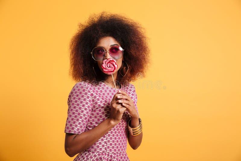 Πορτρέτο μιας καλής αμερικανικής γυναίκας afro στο αναδρομικό ύφος στοκ εικόνες