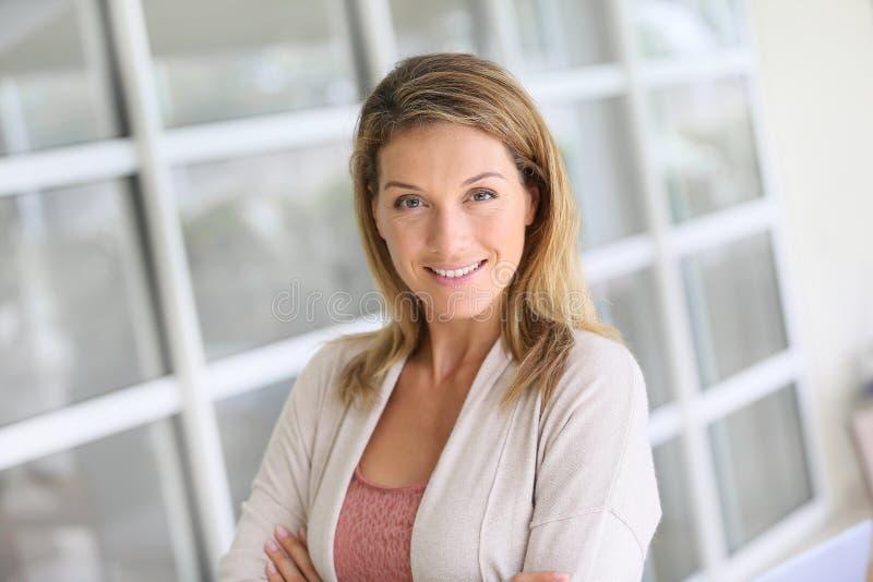 Πορτρέτο μιας κομψής έξυπνης γυναίκας στοκ εικόνες