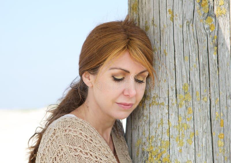 Πορτρέτο μιας μέσης ηλικίας γυναίκας που φαίνεται λυπημένης στοκ εικόνα με δικαίωμα ελεύθερης χρήσης