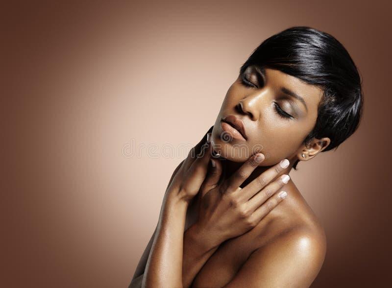 Πορτρέτο μιας μαύρης γυναίκας ομορφιάς στοκ εικόνα με δικαίωμα ελεύθερης χρήσης