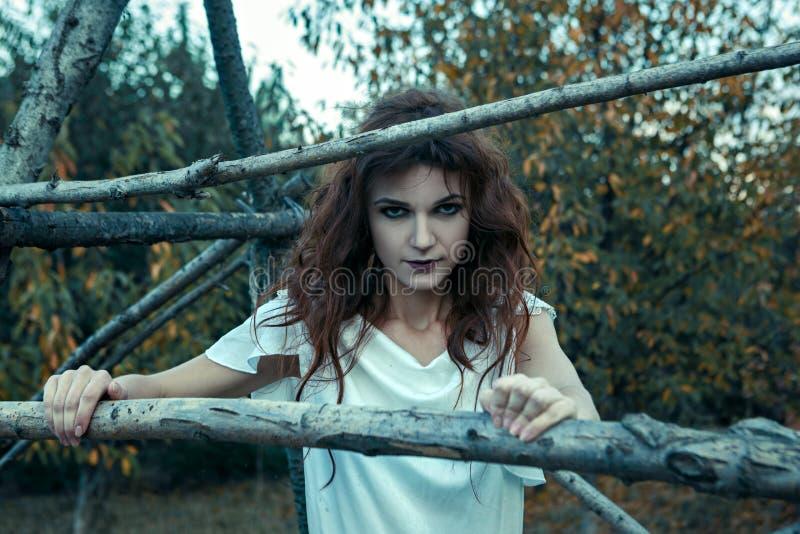 Πορτρέτο μιας νέας γυναίκας από τους εφιάλτες, έννοια αποκριών στοκ φωτογραφία