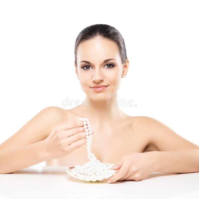 Πορτρέτο μιας νέας γυναίκας με το κόσμημα μαργαριταριών στοκ εικόνες