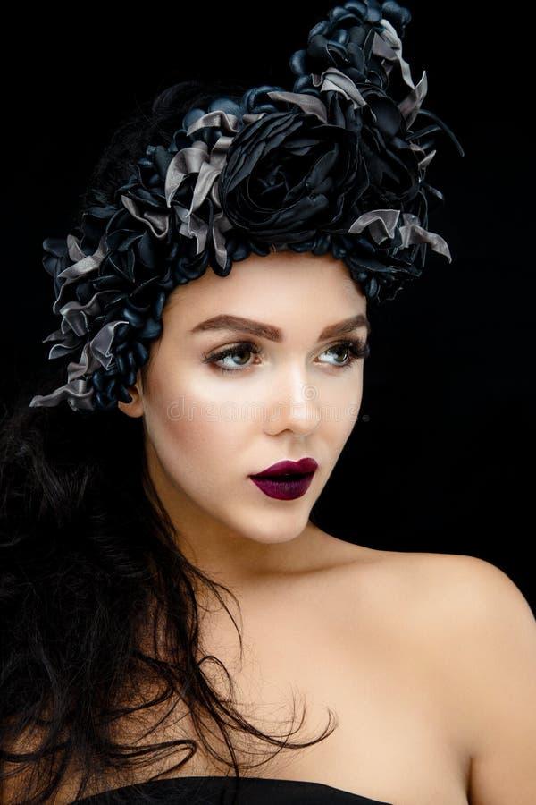 Πορτρέτο μιας νέας γυναίκας με το στεφάνι στοκ εικόνα