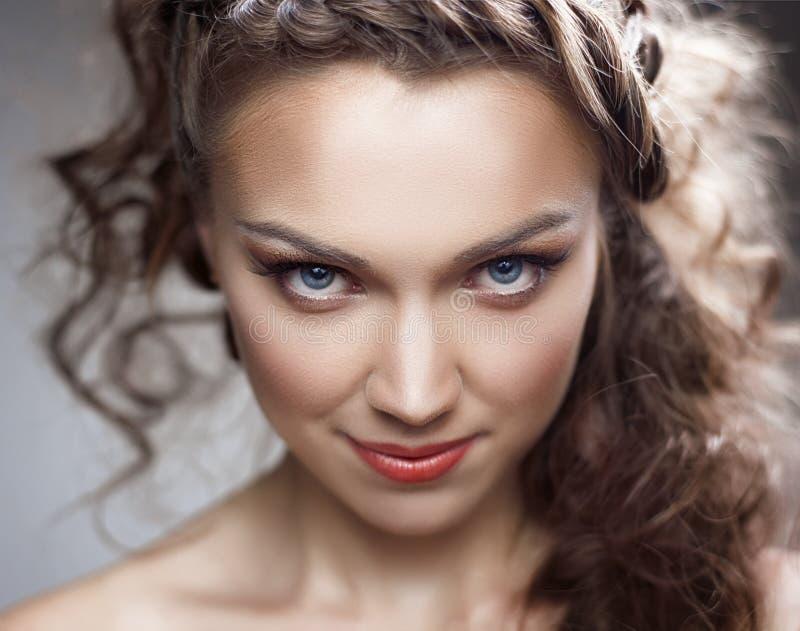 Πορτρέτο μιας νέας γυναίκας με το όμορφο τρίχωμα στοκ φωτογραφία