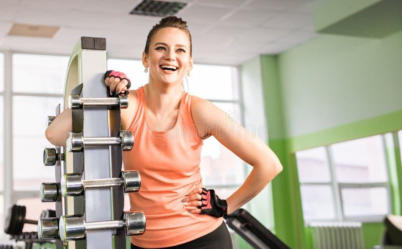 Πορτρέτο μιας νέας γυναίκας που γελά στη γυμναστική στοκ εικόνες