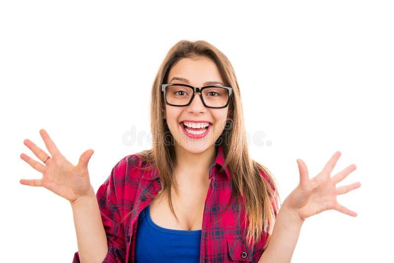 Πορτρέτο μιας νέας γυναίκας που φαίνεται έκπληκτος και έξοχος ευτυχής στοκ φωτογραφία