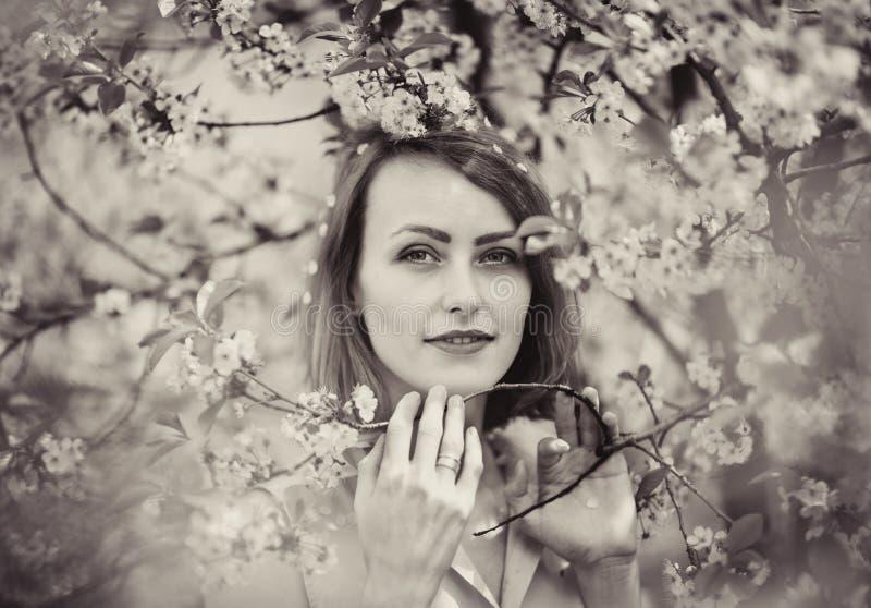 Πορτρέτο μιας νέας γυναίκας στον κήπο στοκ φωτογραφία με δικαίωμα ελεύθερης χρήσης