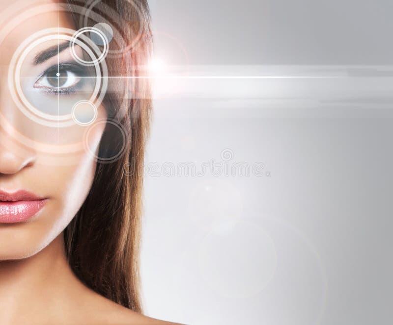 Πορτρέτο μιας νέας γυναίκας στο makeup με ένα λέιζερ στο μάτι της στοκ εικόνες με δικαίωμα ελεύθερης χρήσης