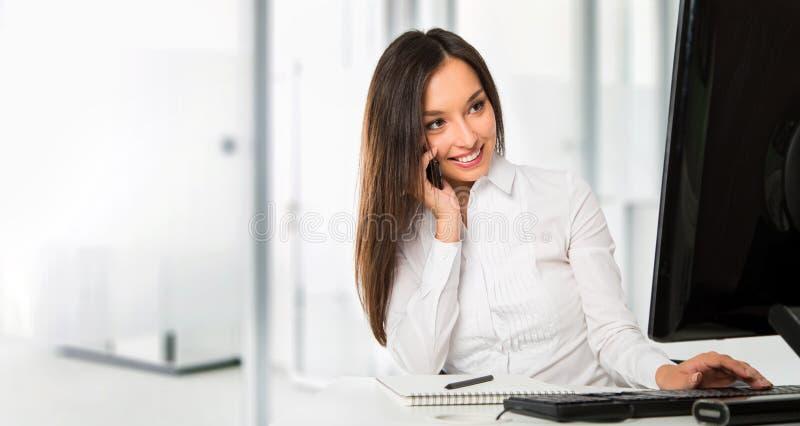 Πορτρέτο μιας νέας επιχειρησιακής γυναίκας που χρησιμοποιεί τον υπολογιστή στο γραφείο στοκ φωτογραφίες με δικαίωμα ελεύθερης χρήσης