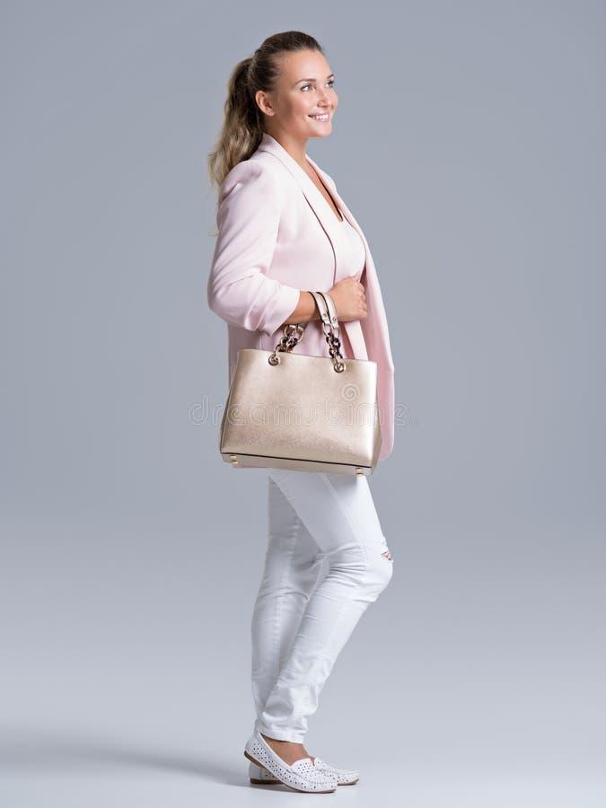 Πορτρέτο μιας νέας ευτυχούς γυναίκας με την τσάντα στοκ φωτογραφία με δικαίωμα ελεύθερης χρήσης