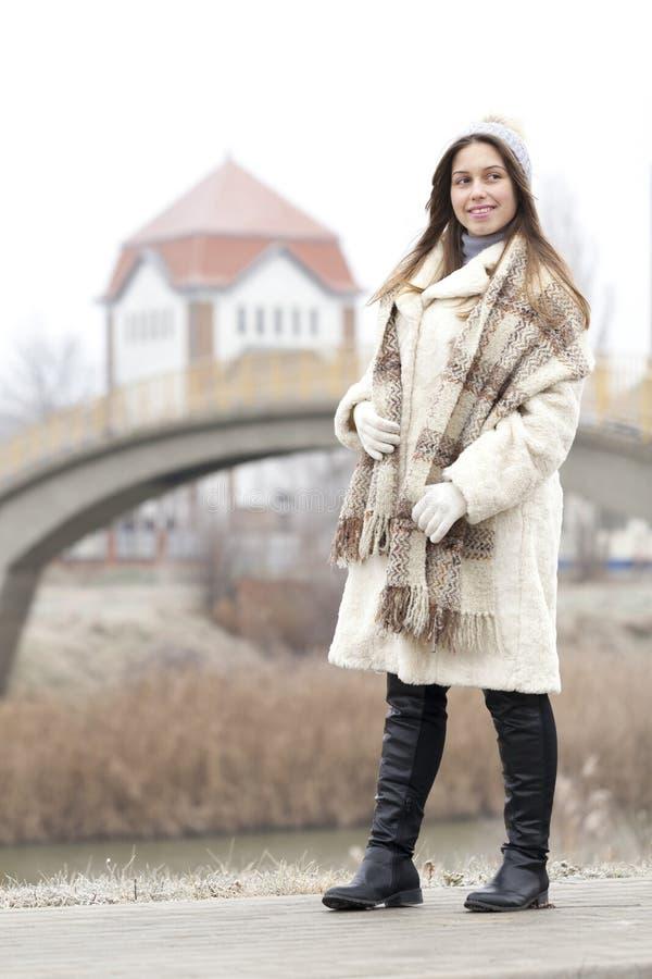 Πορτρέτο μιας νέας και όμορφης γυναίκας σε ένα παλτό γουνών με την ΚΑΠ α στοκ φωτογραφίες με δικαίωμα ελεύθερης χρήσης