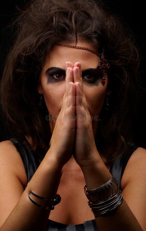 Πορτρέτο μιας νέας μάγισσας brunette στο makeup στοκ φωτογραφία με δικαίωμα ελεύθερης χρήσης