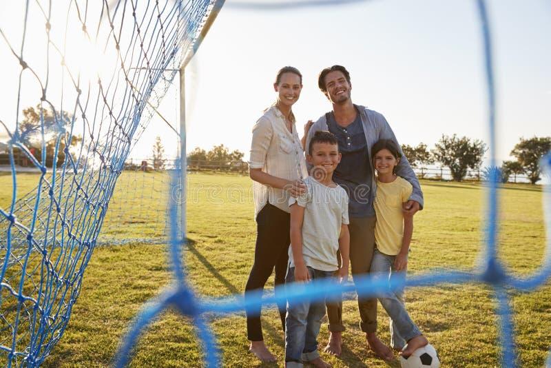 Πορτρέτο μιας νέας οικογένειας κατά τη διάρκεια ενός ποδοσφαιρικού παιχνιδιού στοκ εικόνες με δικαίωμα ελεύθερης χρήσης