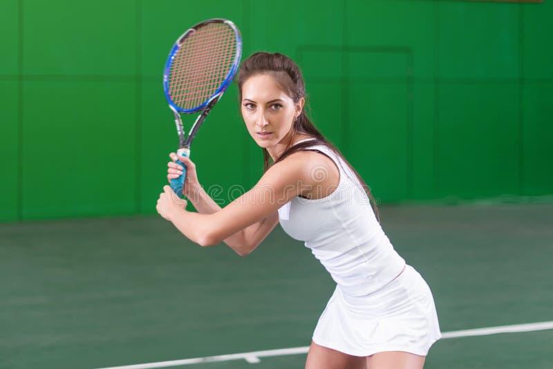 Πορτρέτο μιας νέας παίζοντας αντισφαίρισης γυναικών στο δικαστήριο στοκ φωτογραφίες με δικαίωμα ελεύθερης χρήσης