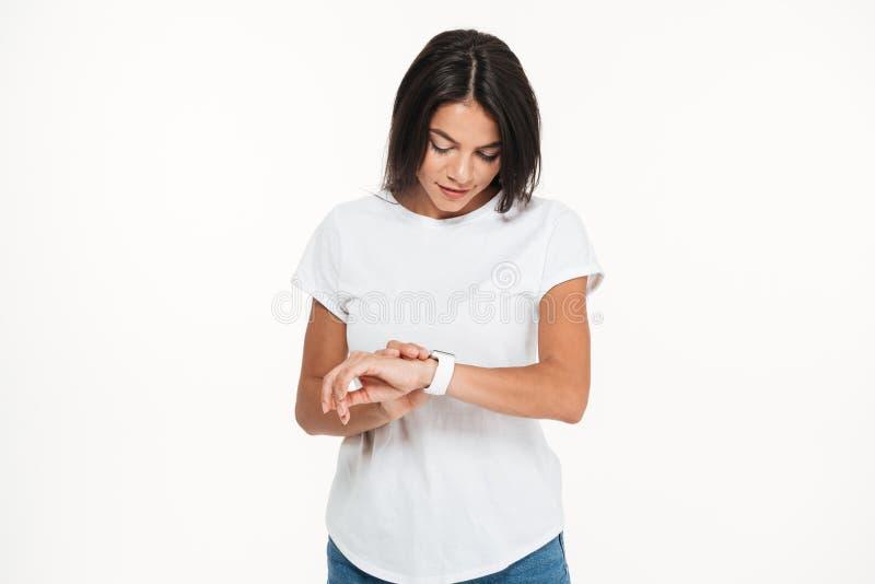Πορτρέτο μιας νέας όμορφης γυναίκας που εξετάζει το έξυπνο ρολόι στοκ φωτογραφία με δικαίωμα ελεύθερης χρήσης