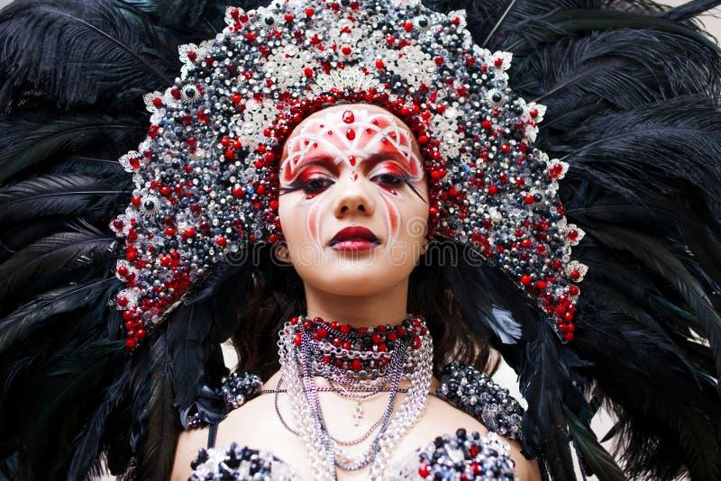 Πορτρέτο μιας νέας όμορφης γυναίκας σε ένα δημιουργικό βλέμμα Το ύφος καρναβαλιού και του χορού στοκ εικόνες