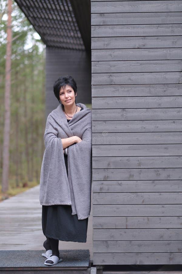 Πορτρέτο μιας νέας όμορφης γυναίκας στην πλήρη αύξηση στοκ φωτογραφίες με δικαίωμα ελεύθερης χρήσης