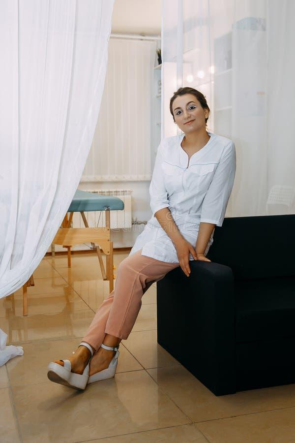 Πορτρέτο μιας νέας όμορφης νοσοκόμας στοκ φωτογραφία με δικαίωμα ελεύθερης χρήσης