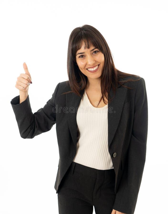 Πορτρέτο μιας νέας όμορφης χαμογελώντας επιχειρησιακής γυναίκας που παρουσιάζει αντίχειρα η ανασκόπηση απομόνωσε το λευκό στοκ εικόνες