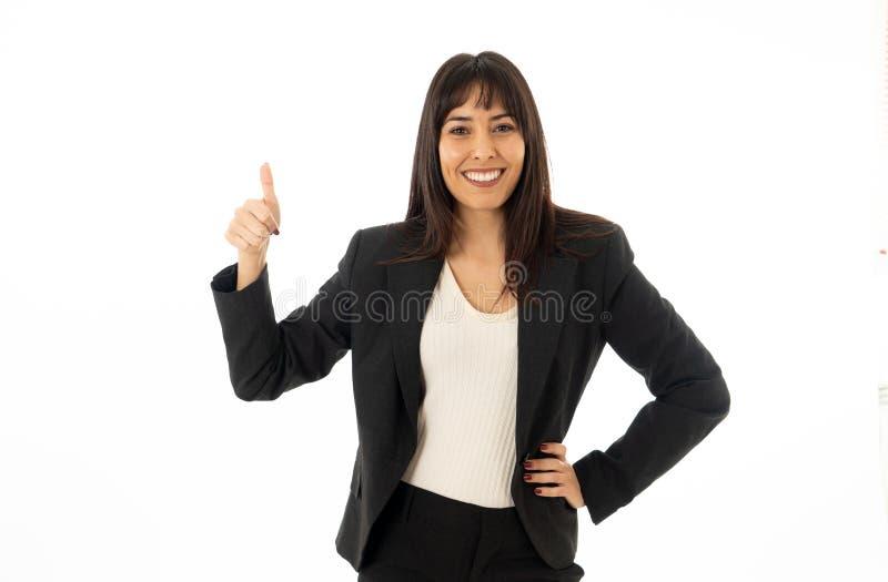 Πορτρέτο μιας νέας όμορφης χαμογελώντας επιχειρησιακής γυναίκας που παρουσιάζει αντίχειρα η ανασκόπηση απομόνωσε το λευκό στοκ εικόνες με δικαίωμα ελεύθερης χρήσης
