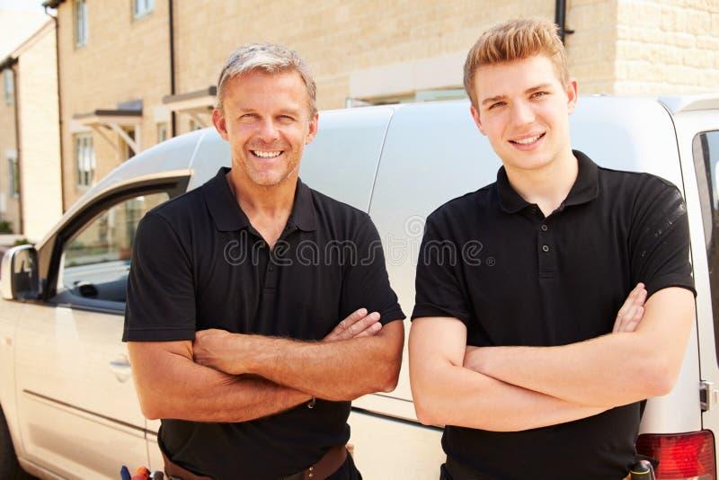 Πορτρέτο μιας νεολαίας και ενός μέσου ηλικίας καταστηματάρχη με το φορτηγό τους στοκ εικόνα