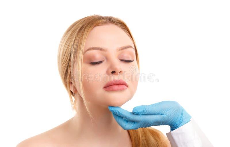 Πορτρέτο μιας ξανθής γυναίκας που απομονώνεται στο άσπρο υπόβαθρο, έννοια της ιατρικής, πλαστική χειρουργική στοκ εικόνα με δικαίωμα ελεύθερης χρήσης
