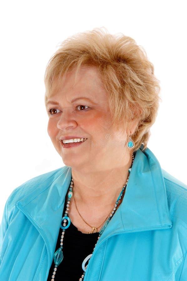 Πορτρέτο μιας ξανθής ηλικιωμένης γυναίκας στοκ εικόνα