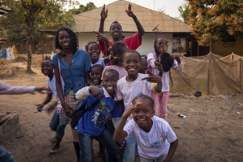 Πορτρέτο μιας ομάδας παιδιών που παίζουν και που χαμογελούν, στη γειτονιά Bissaque στην πόλη του Μπισσάου στοκ φωτογραφία με δικαίωμα ελεύθερης χρήσης