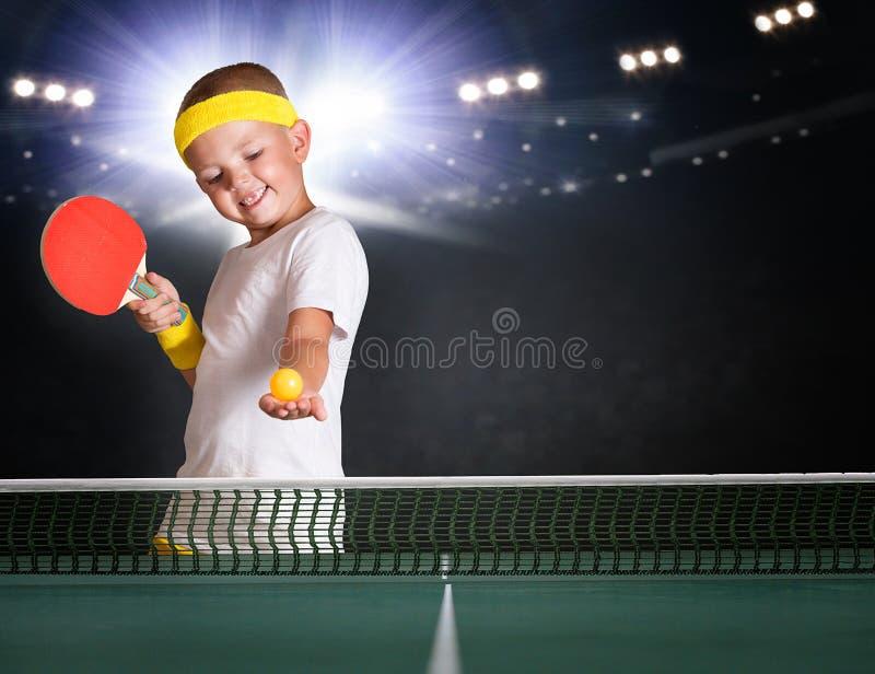 Πορτρέτο μιας παίζοντας αντισφαίρισης αγοριών παιδιών στοκ φωτογραφία με δικαίωμα ελεύθερης χρήσης