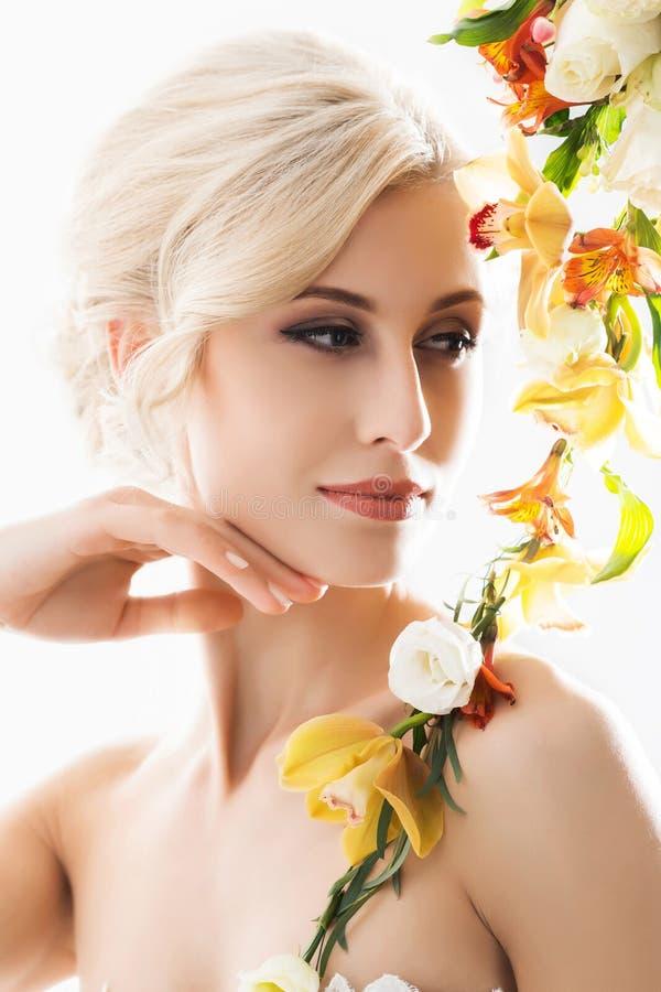 Πορτρέτο μιας πανέμορφης, νέας νύφης με τα λουλούδια στοκ φωτογραφίες