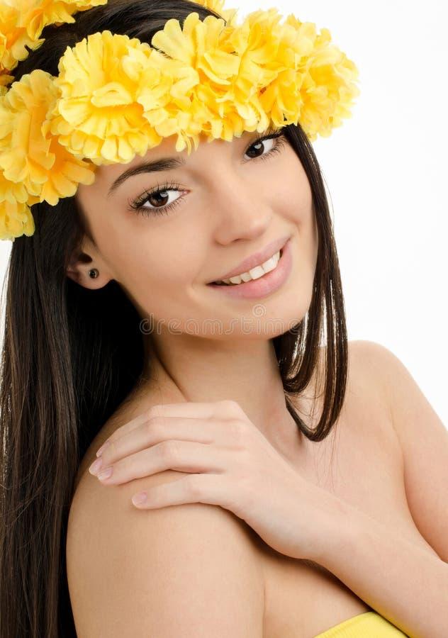 Πορτρέτο μιας προκλητικής γυναίκας με το στεφάνι των κίτρινων λουλουδιών. στοκ εικόνες